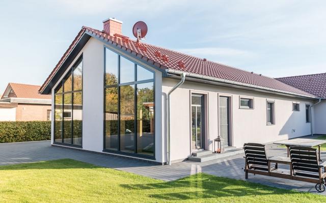 Haus mit großer Fensterfront